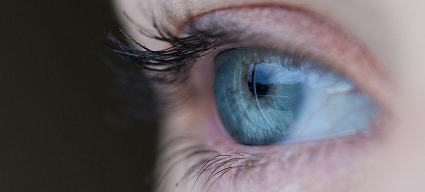 vedere încețoșată a unui ochi